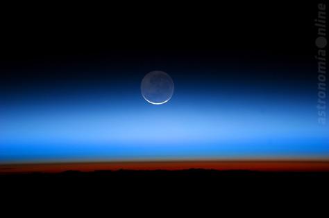 En esta imagen obtenida desde la Estación Espacial Internacional el 31 de julio de 2011, la Luna en fase menguante muestra su hemisferio oscuro brillando tenuemente por la luz cenicienta reflejada por nuestro planeta. Créditos: NASA.