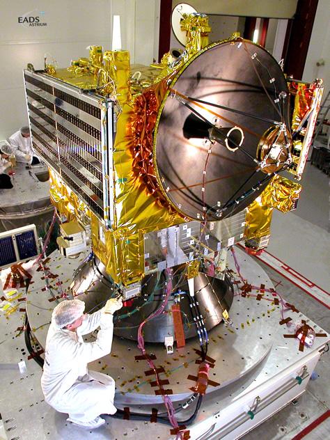 Un ingeniero prepara la sonda europea Venus Express para una serie de tests de vibración durante la campaña de preparación para el lanzamiento. Créditos: ESA.