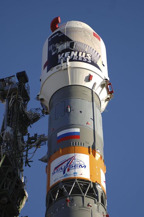 La fotografía muestra a la sonda europea Venus Express en el interior de la cofia del cohete ruso Soyuz FG-Fregat, erguido sobre la plataforma en Baikonur, el día anterior a su lanzamiento hacia Venus. Créditos: ESA / Starem (S. Corvaja).