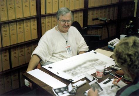Jay L. Inge, pionero en el desarrollo de procesos para la cartografía de otros cuerpos celestes, trabaja en el mapa original de Tritón creado con un aerógrafo a partir de las imágenes de la Voyager 2. Se trataría del último cuerpo del sistema solar cartografiado con esa técnica, antes del advenimiento de la edición digital. Créditos: Dr. Paul Schenk.
