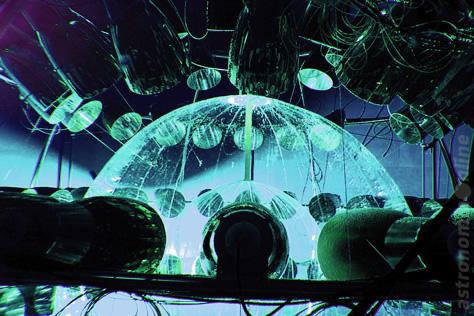 El detector de neutrinos Borexino usa una esfera llena de líquido centellador, que emite destellos de luz cuando es excitado por la radiación ionizante provocada por la interacción de un neutrino con la materia normal. En la imagen pueden verse las dos esferas concéntricas de nylon transparente en su interior. Las mismas están rodeadas por varias capas de protección para evitar el ingreso de radiación residual externa, y por más de 2.200 tubos fotomultiplicadores para detectar los flashes de luz. Créditos: Borexino Experiment.