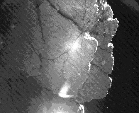 """Fotografiada por una de las cámaras del instrumento CIVA a bordo de Philae, esta pared fue bautizada por los científicos de la misión como """"acantilado Perihelio"""" y se encuentra justo al lado del módulo robot, haciéndole sombra la mayor parte del tiempo. A pesar de haber impedido que Philae recargue sus baterías poco después del aterrizaje, esta pared podría llegar a proteger al módulo y permitirle sobrevivir varios meses más, a medida que el cometa 67P/Churyumov-Gerasimenko se acerque al Sol. Créditos: ESA / Rosetta / Philae / CIVA."""